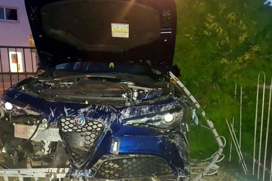 Der Alfa Romeo wurde bei dem Unfall schwer beschädigt.