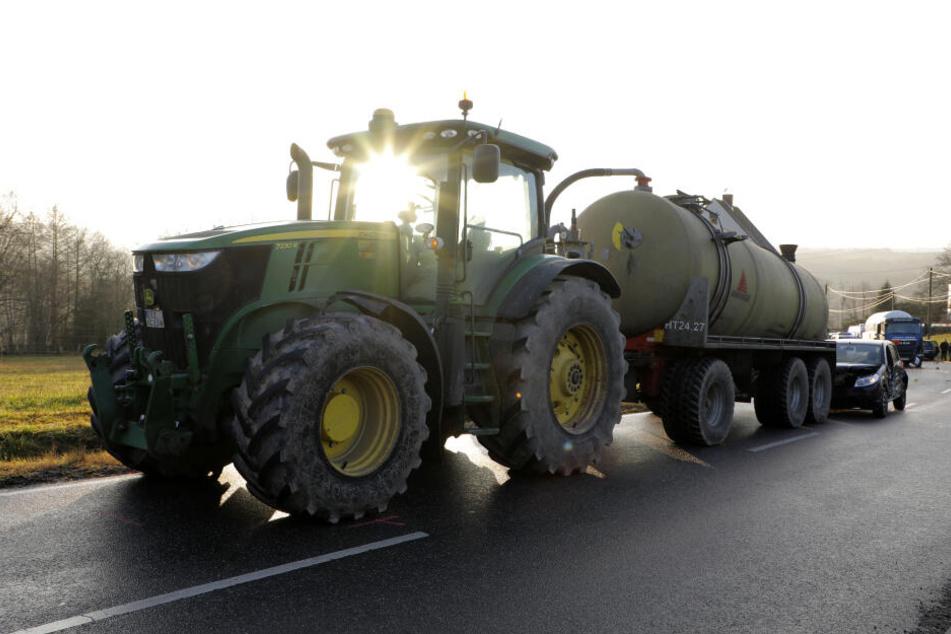 Der Traktor hatte in dem Anhänger mehrere tausend Liter Gülle geladen.