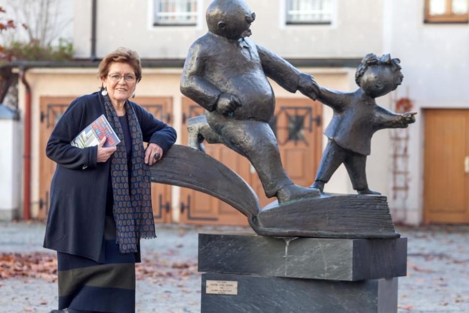 """Barbara Henniger (78) am Denkmal """"Vater und Sohn"""", den bekanntesten Figuren des Zeichners e.o.- plauen."""