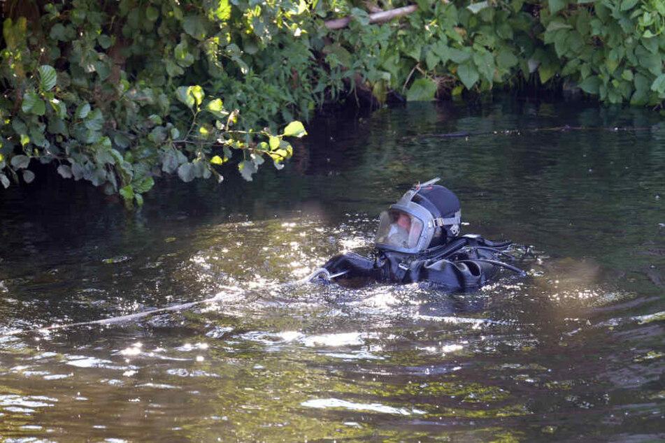 Ein Taucher der Hamburger Polizei sucht das Gewässer nach Hinweisen ab. (Archivfoto)