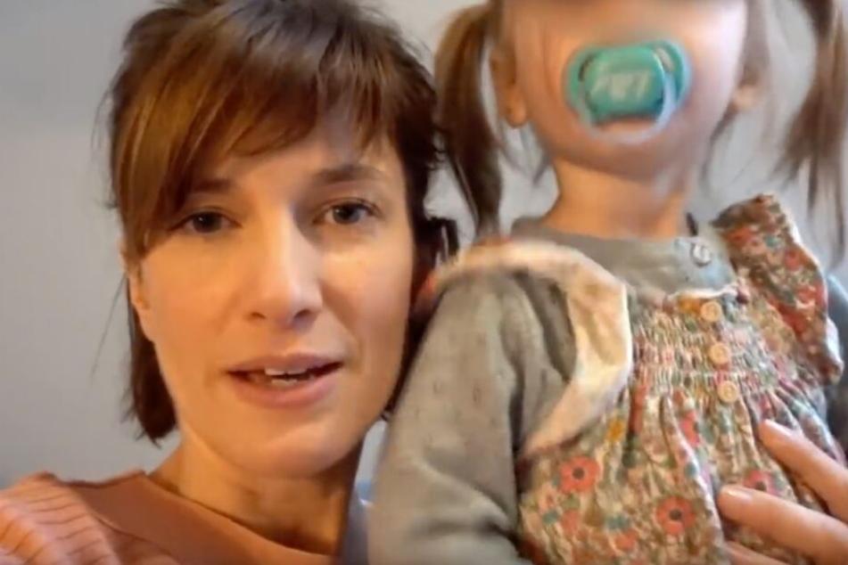 Beim Video-Dreh weicht Tochter Ella ihrer Mama nicht von der Seite.