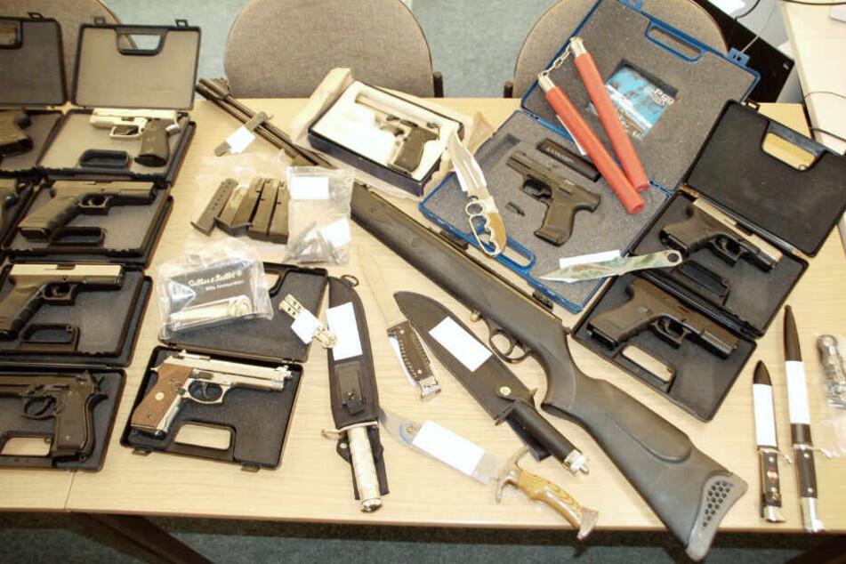 Eine beachtliche Menge an Waffen konnte die Polizei nach der Wohnungsdurchsuchung sicherstellen.