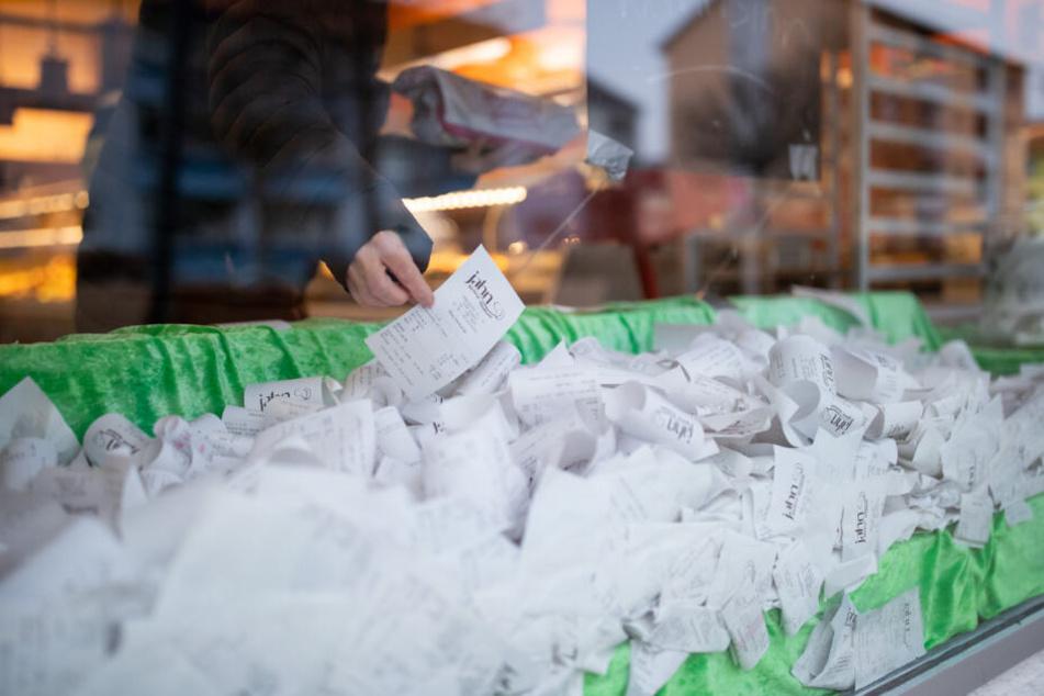Bons verkaufter Backwaren liegen in einer Bäckerei in einem Schaufenster aus Protest gegen die geltende Kassenbon-Pflicht.