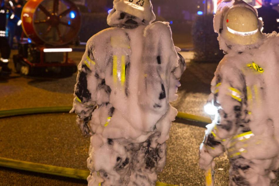 Explosion in Mehrfamilienhaus: Feuersbrunst hält hunderte Feuerwehrmänner in Atem