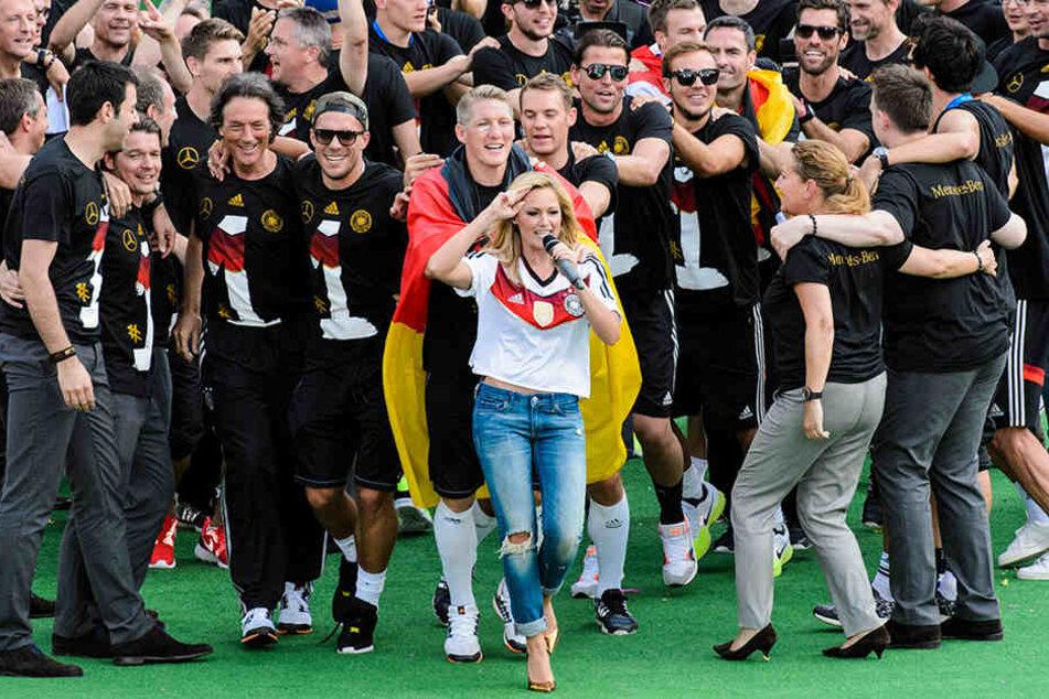 Helene und Fußball-Jungs, das passt! Hier 2014 am Brandenburger Tor.