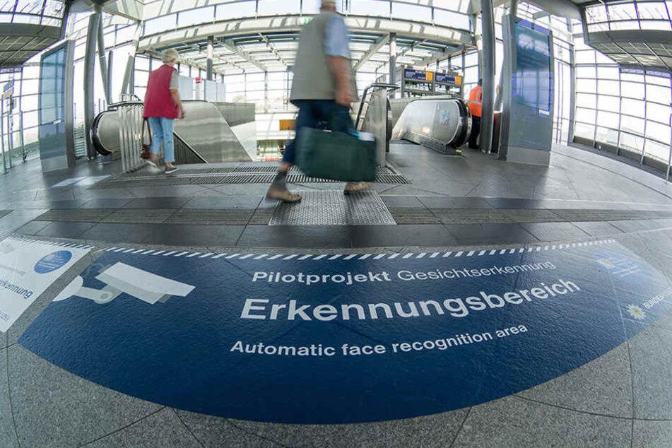 Bodenaufkleber weisen im Bahnhof Südkreuz auf Erkennungsbereiche zur Gesichtserkennung hin.