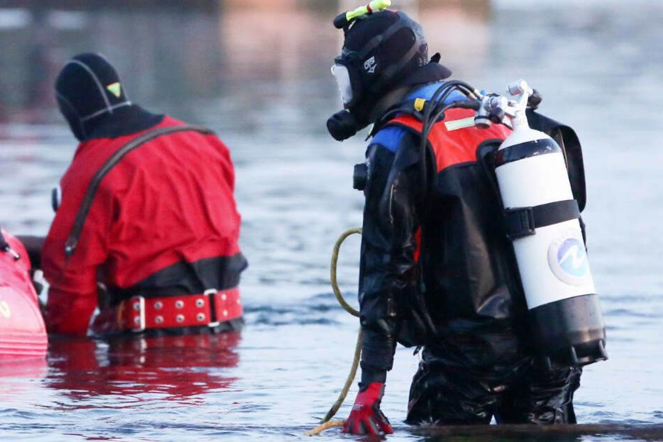 Taucher suchten nach dem Jungen im See. (Symbolbild)