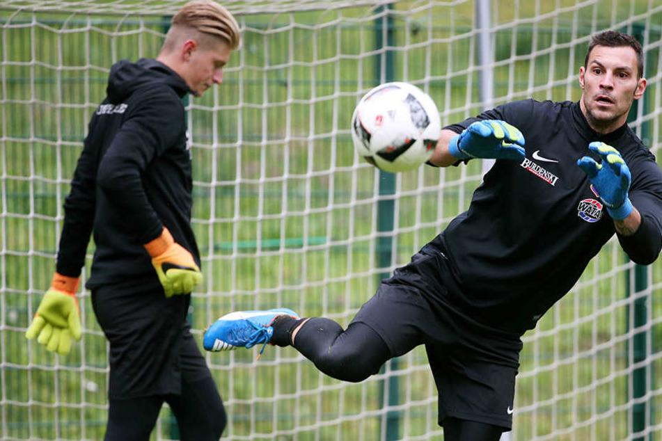 Daniel Haas (r.) während seiner ersten Trainingsheit beim FC Erzgebirge. Im Hintergrund steht jetzt Robert Jendrusch.