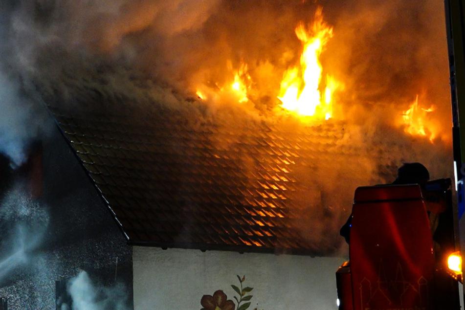 Wie das Foto zeigt, schlugen aus dem Dach des Hauses meterhohe Flammen.