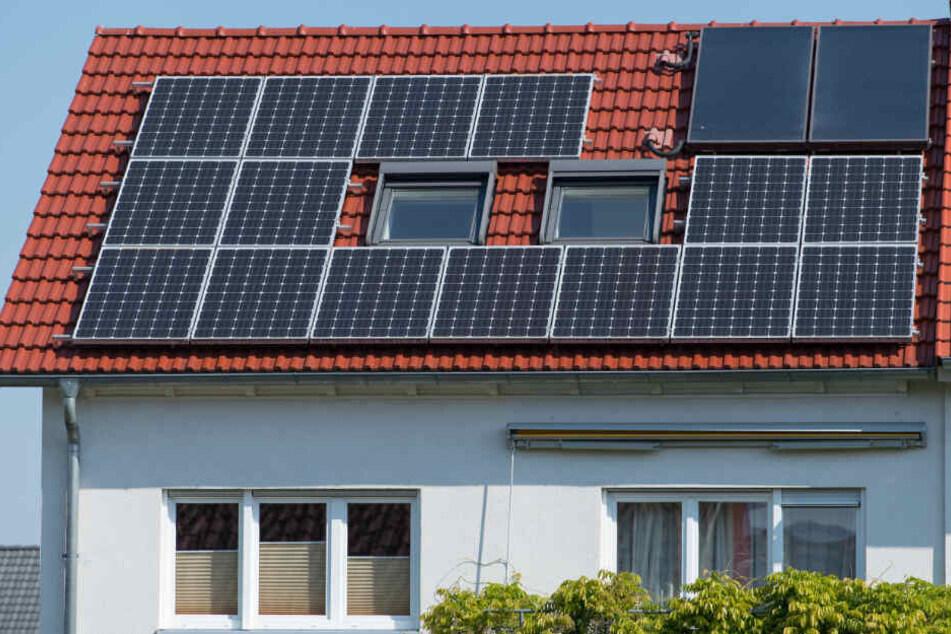 Solar-Pflicht für Neubauten? Mit dieser Idee könnten sowohl die Umwelt als auch die Geldbeutel der Eigentümer entlastet werden. (Symbolbild)