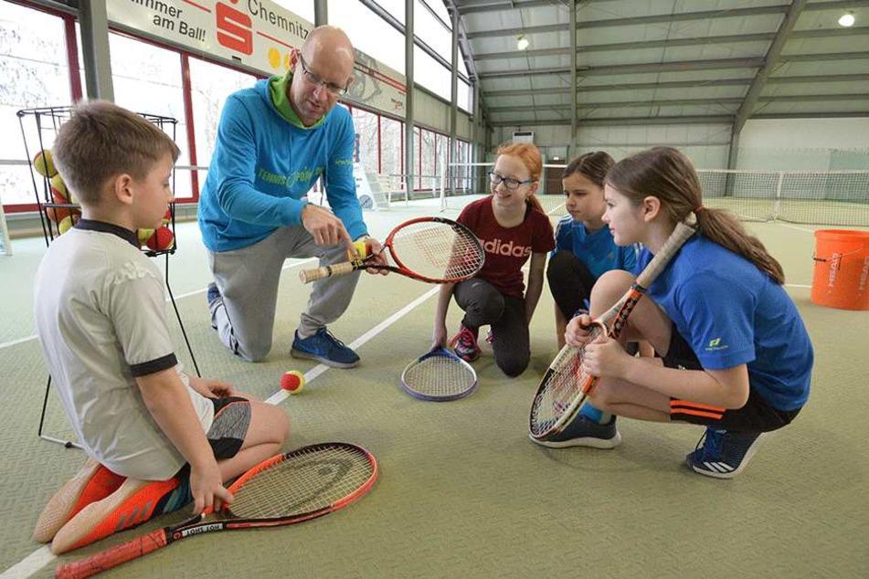Ferien mal anders: Trainer Silvio Bonk (39) erklärt Henry (8), Vanessa (11), Johanna (10) und Antonia (10, v.l.) die Grundlagen von Tennis.