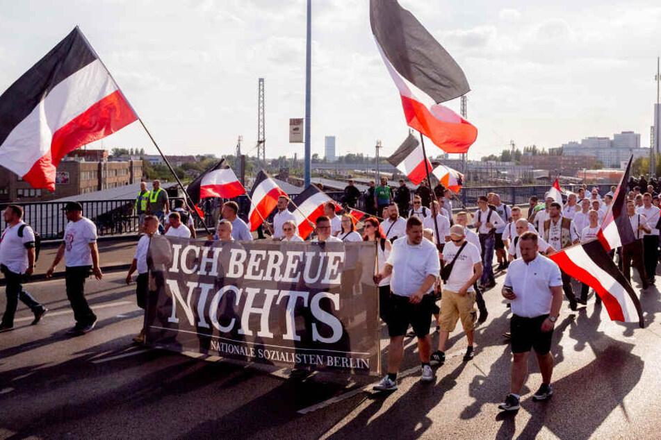 Die Neonazis ziehen in Richtung des Bahnhofs Lichtenberg.