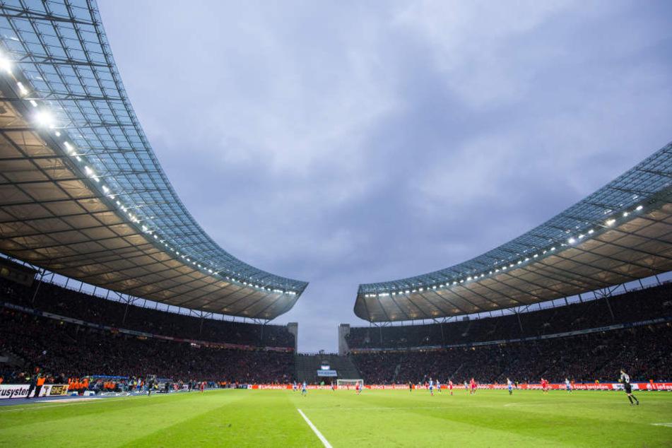 Neben dem Olympiastadion Berlin (Bild) wird sich der DFB unter anderem auch mit Deutschlands größtem Stadion, dem Signal-Iduna-Park in Dortmund, bewerben.