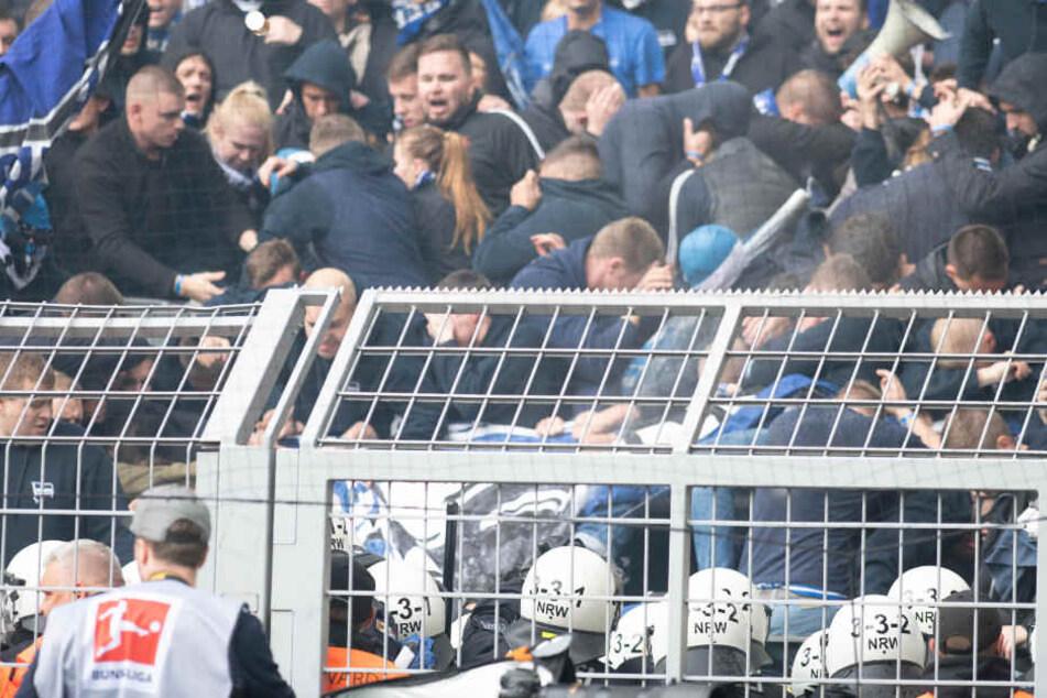 Hertha-Fans prügelten sich mit Polizisten in Dortmund.