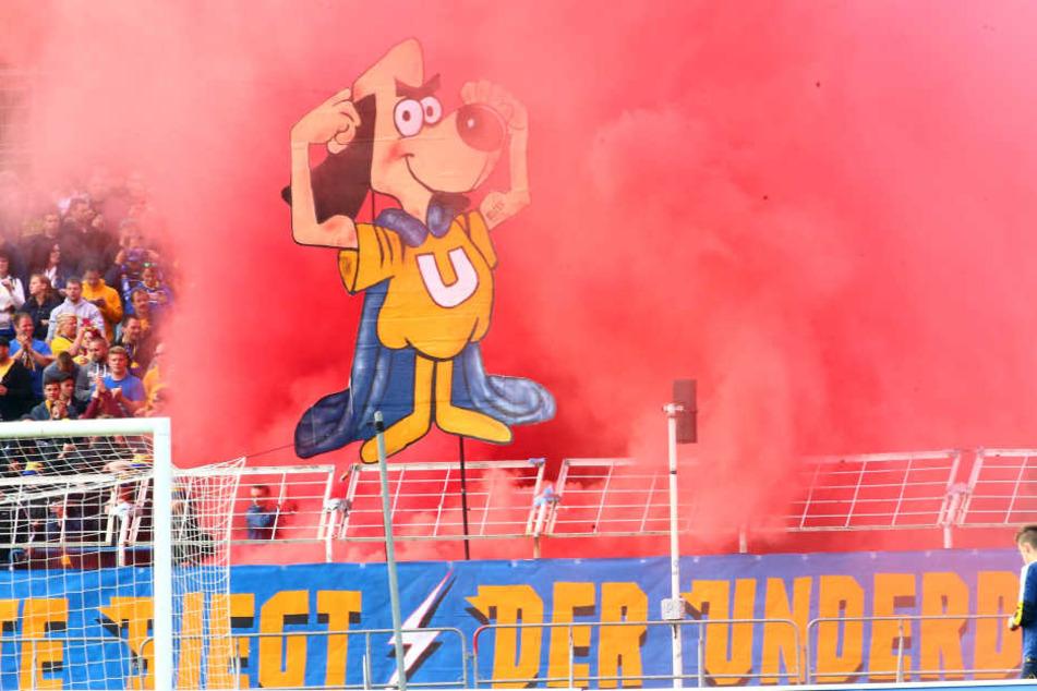 Im Pokalfinale gegen den Chemnitzer FC zündeten Fans von Lok Leipzig Bengalos im Bruno-Plache-Stadion.