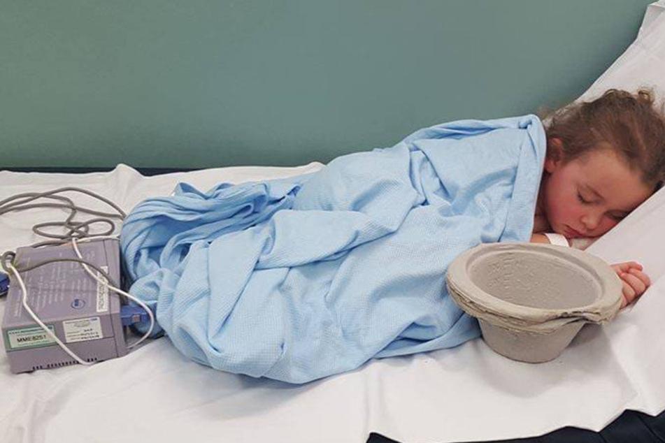 Carrie Golledges Tochter Sophia (6) liegt völlig erschöpft im Krankenhaus, nachdem sie gemobbt wurde.