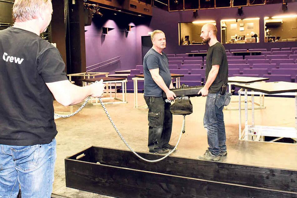 Beleuchtungsmeister Gabriel (53), Bühnenhandwerker Raatzsch (57)  und Bühnenmeister Herrmann (37, v.l.) haben im TJG noch einiges zu tun.