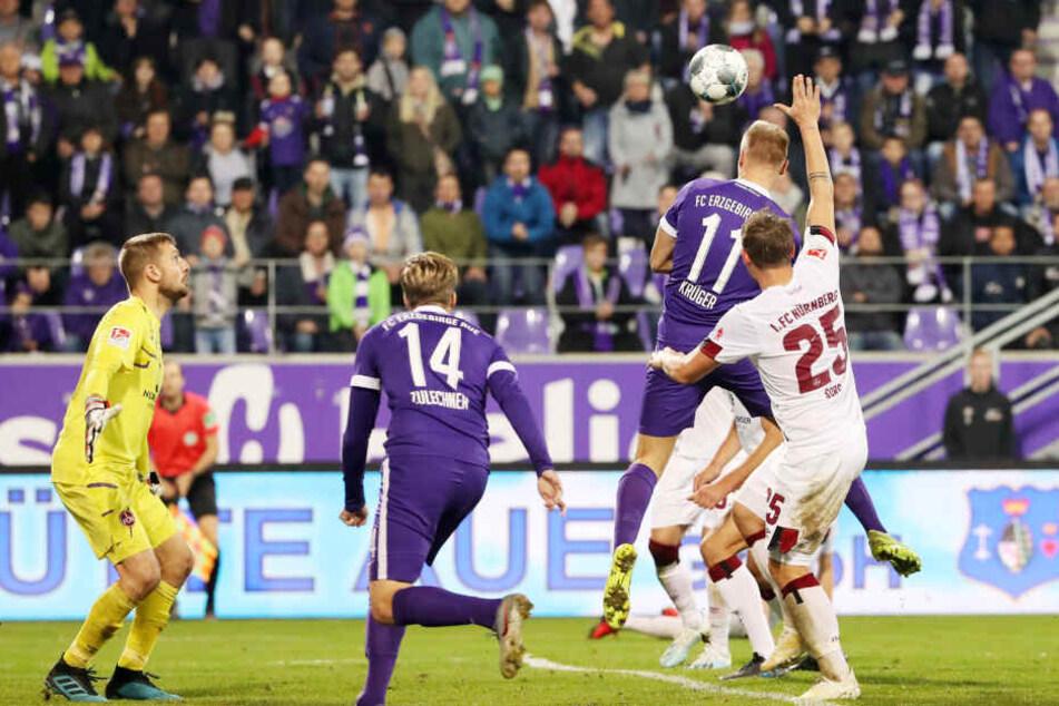 Sein bisher wichtigstes Saisontor: Florian Krüger (Nr. 11) köpfte im völlig verrückten Heimspiel gegen Nürnberg den Siegtreffer zum 4:3 für die Veilchen.