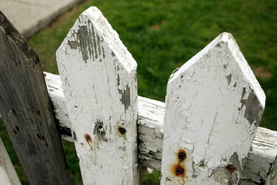 Der Mann rammte seinem Nachbarn die Zaunlatte in den Unterleib. (Symbolbild Zaun)