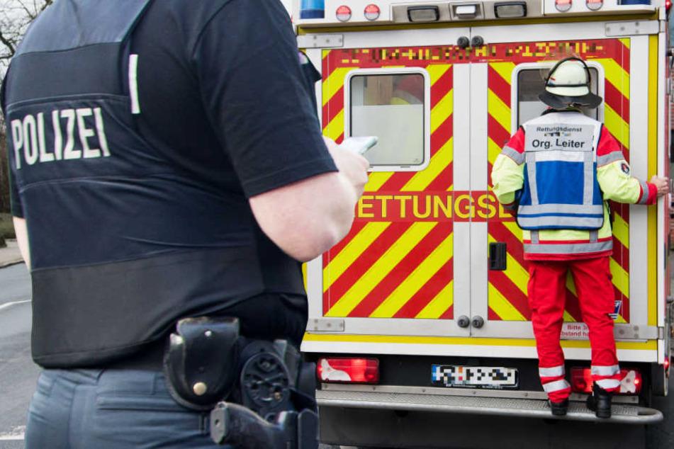 Der 86-Jährige kam in ein Krankenhaus. Die Polizei fahndet nach dem Autofahrer (Symbolbild).