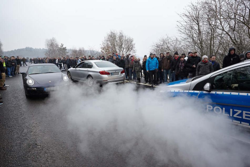 """Polizei beobachtet den """"Car-Freitag"""" auf dem Nürburgring."""