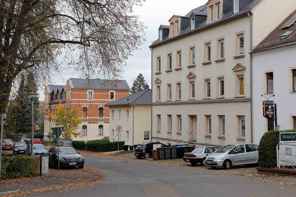 Dort, wo heute ein Einfamilienhaus steht (Mitte), stand einst ein Mehrfamilienhaus. Hier soll N. seine Landsleute erdrosselt haben.