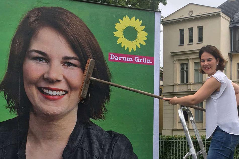Die Brandenburger Grünen-Spitzenkandidatin Annalena Baerbock bringt Ende Juli in der Potsdamer Innenstadt das erste Wahlplakat an.