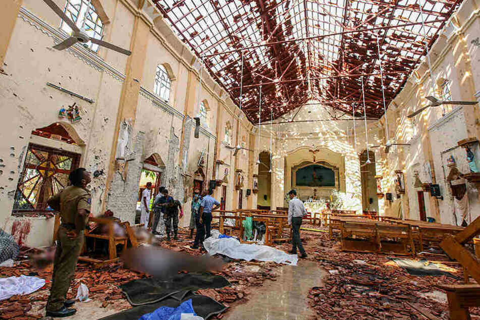 Überall liegen Trümmer und Leichen: Ein Blick in den Innenraum der durch eine Explosion beschädigte St.-Sebastians-Kirche nördlich von Colombo liegen