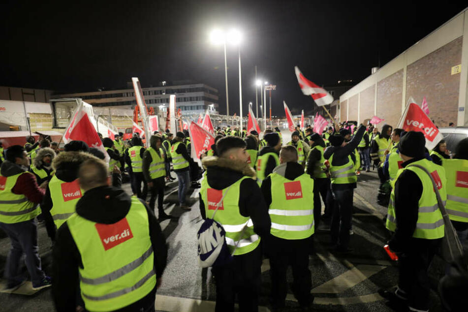 Ein Großteil der Mitarbeiter der Bodenverkehrsdienste bestreiken am Montag den Hamburger Flughafen.