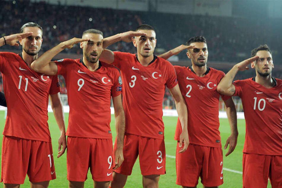Türkische Spieler salutieren nach dem 1:0 Siegtor gegen Albanien.
