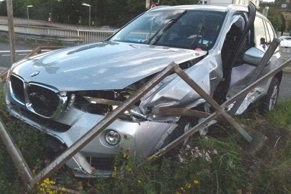 Der BMW des 51-Jährigen aus Minden verfing sich in einem Metallgeländer auf einer Verkehrsinsel.