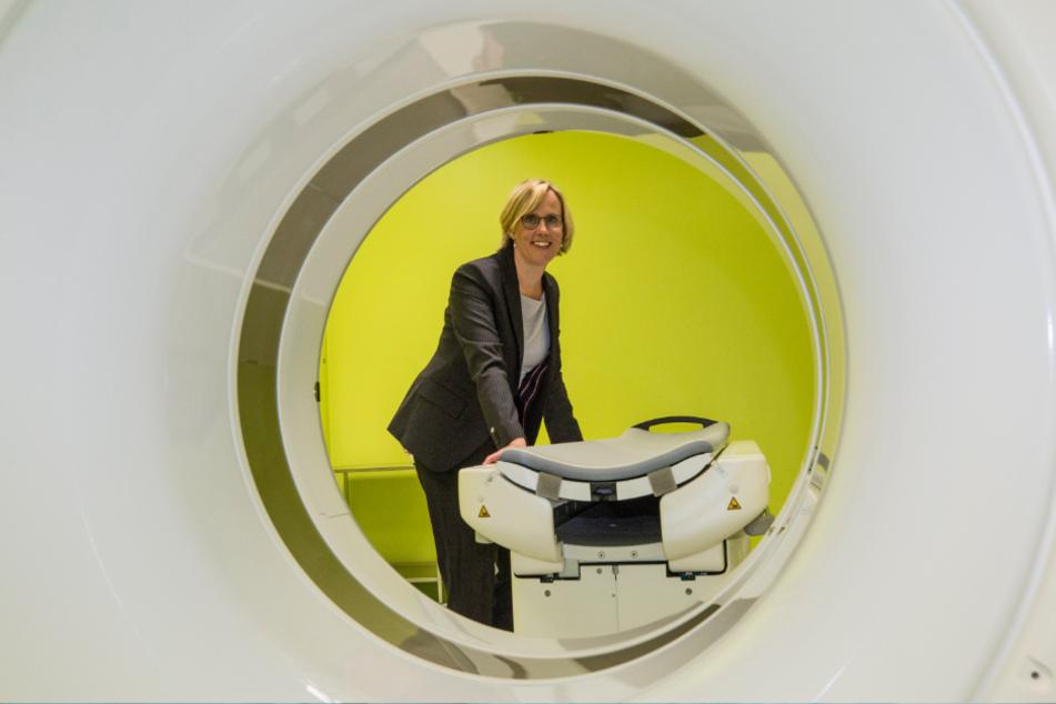 Moderne Technik: Die Leiterin der Bildgebungsplattform Esther Troost (42) am Computertomographen.