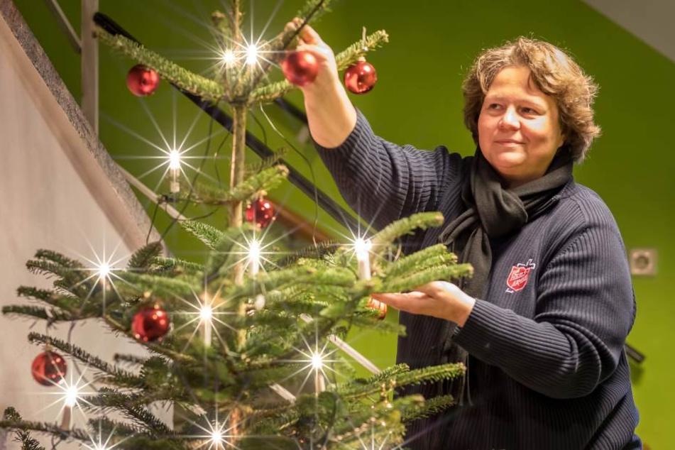 Weihnachtsvorbereitung bei der Heilsarmee: Kapitänin Claudia Klingbeil (40) schmückt schon mal den Baum.
