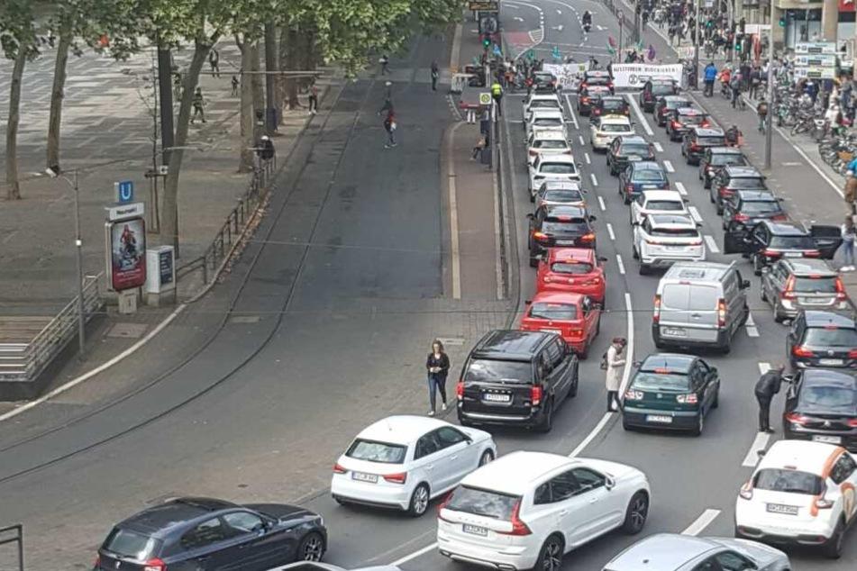 """Demo fordert """"Aussterben blockieren"""", Autofahrer reagieren mit Hupkonzert!"""