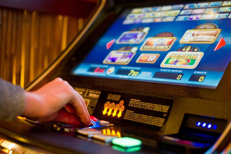 Neben Spielautomaten unterliegen auch Online-Casinos, Lotto oder Sportwetten der staatlichen Kontrolle in Deutschland.