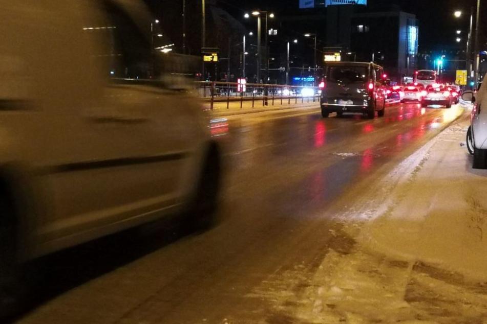Die Straßen in Leipzig sind spiegelglatt. Hier geht es nur noch im Schneckentempo vorwärts.