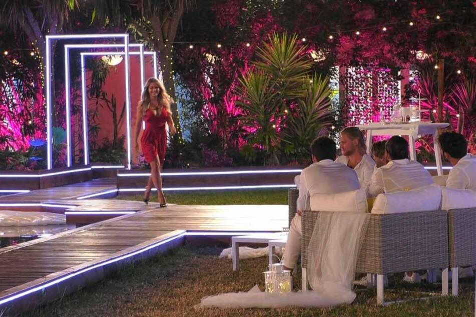 """In der Folge von Freitagabend zeiht Julia als """"Lady in Red"""" in die Villa ein."""