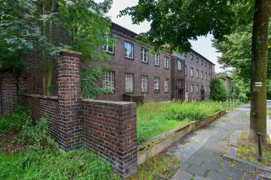 Neben einem Kulturhaus steht auch dieses denkmalgeschützte Betriebsgebäude zum Verkauf.