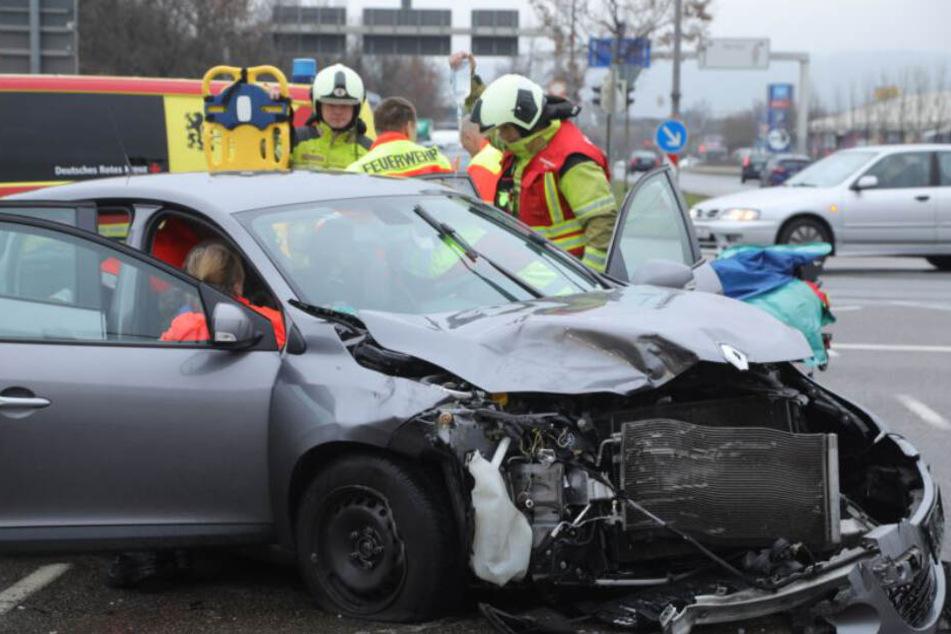 Die Rettungskräfte kümmerten sich um die beiden Verletzten im Renault.