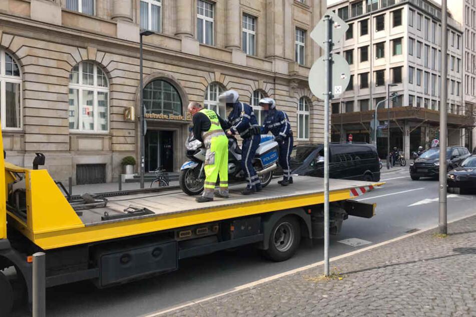 Die beiden Beamten schoben das Polizei-Gefährt auf den Abschlepp-Wagen.