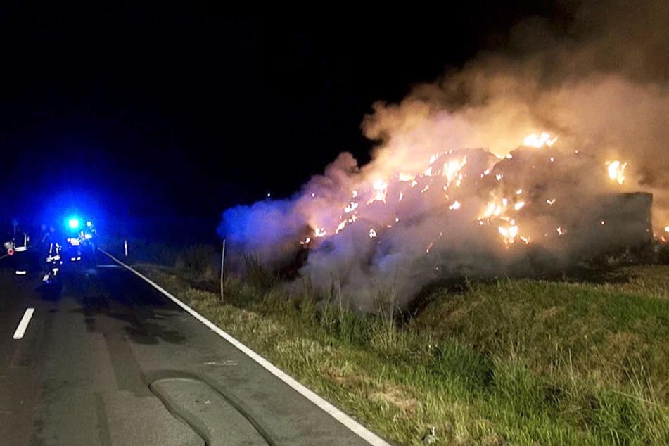 Direkt an der Landstraße brannten die Strohballen lichterloh.
