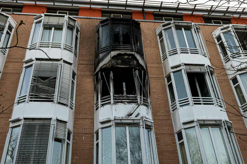 Schwarzer Ruß ist nach einem Zimmerbrand an der Hausfassade zu sehen.