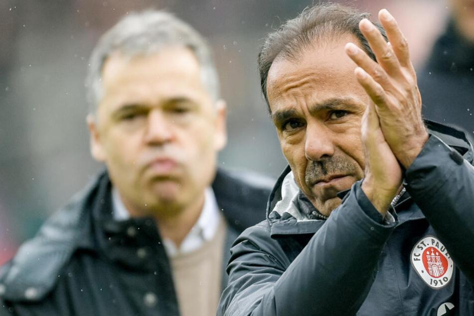 St. Paulis Trainer Jos Luhukay (rechts) und der Interims-Sportdirektor Andreas Rettig können nach dem Sieg gegen Regensburg zufrieden sein. (Archivbild)