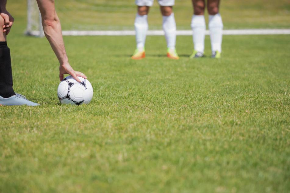 Auch im Amateur-Fußball gab es einige Nachahmer des Salut-Jubels. Dem will der BFV nun einen Riegel vorschieben. (Symbolbild)