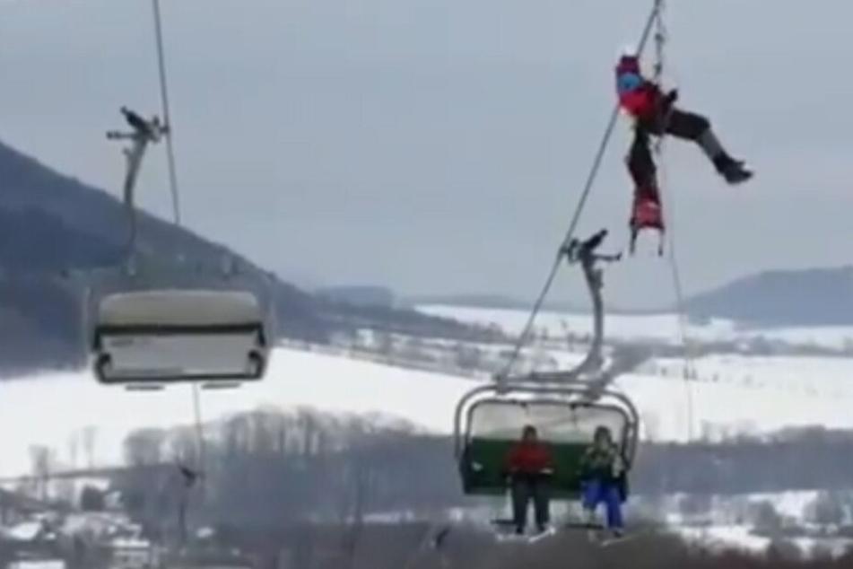 Baum stürzt auf Sessellift: 71 Skifahrer sitzen plötzlich fest