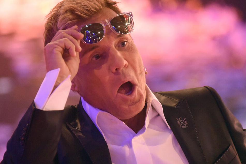 Auch ohne Sonnenbrille ist sofort ersichtlich, dass Dieter Bohlen sich für seine 65 Jahre überhaupt nicht schlecht gehalten hat. Die Maske und eine ordentlich ausgeleuchtete Bühne lassen den Juroren auch ohne Weichzeichner strahlen.