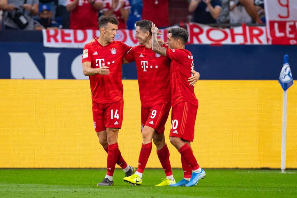 Bayerns Philippe Coutinho (r-l) Torschütze Robert Lewandowski und Bayerns Ivan Perisic bejubeln das Tor zum 0:3.