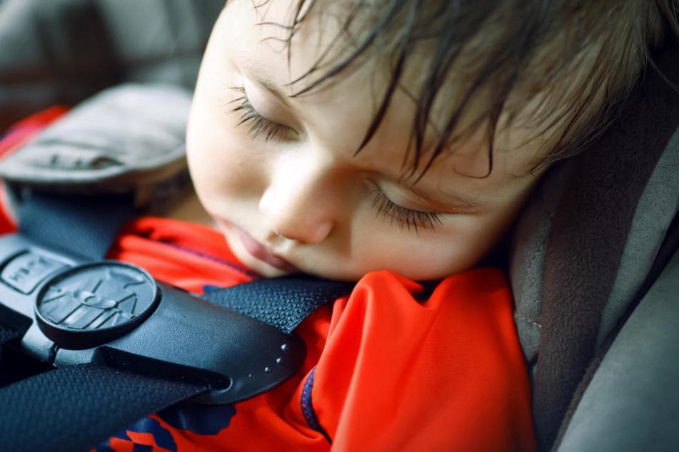 Weil ihr zweijähriger Sohn schlief, ließ eine Mutter beide Kinder im Auto zurück. (Symbolbild)