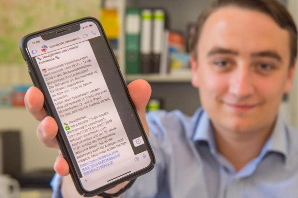 Azubi Alexander Krauß (22) versorgt die Gemeinde Jahnsdorf per WhatsApp-Newsletter mit aktuellen Informationen.