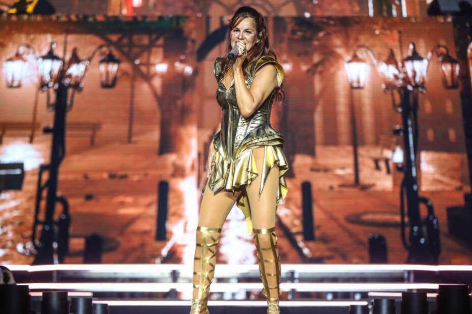 Die 53-Jährige zeigt in ihren sexy Outfits auf der Bühne, was sie hat.